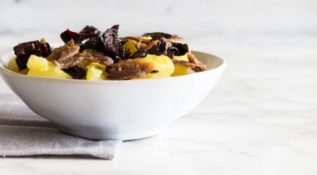 La ricetta tradizionale abruzzese patate sarde peperoni