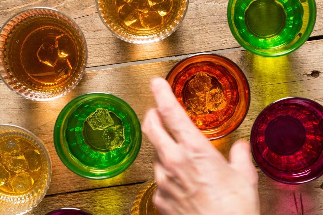 Food Stylist: ghiaccio finto in un set di bicchieri colorati