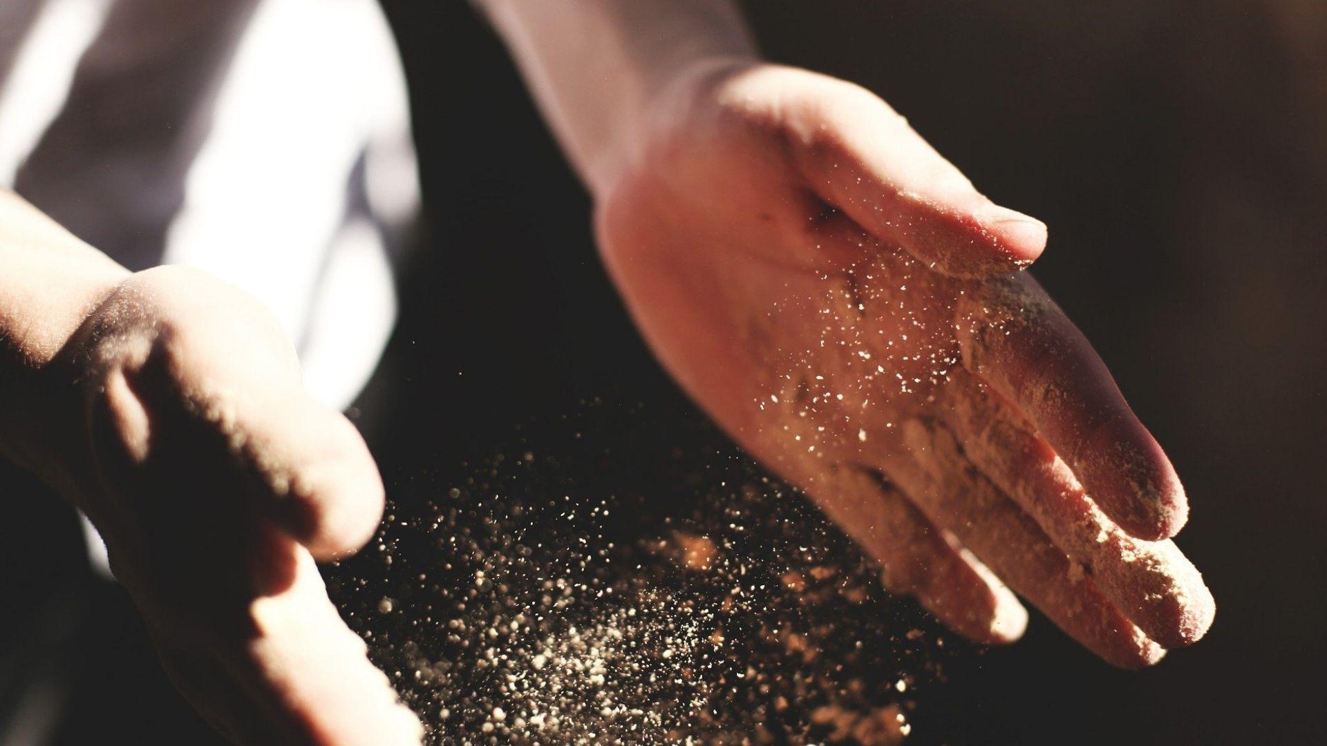 Artigiano lavora con le mani