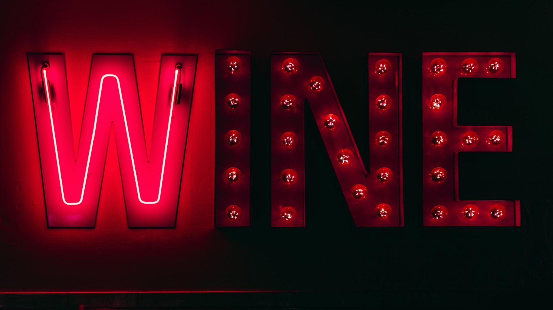 Donne del vino : Vino insegna al neon : foto di road trip with raj (pexel)