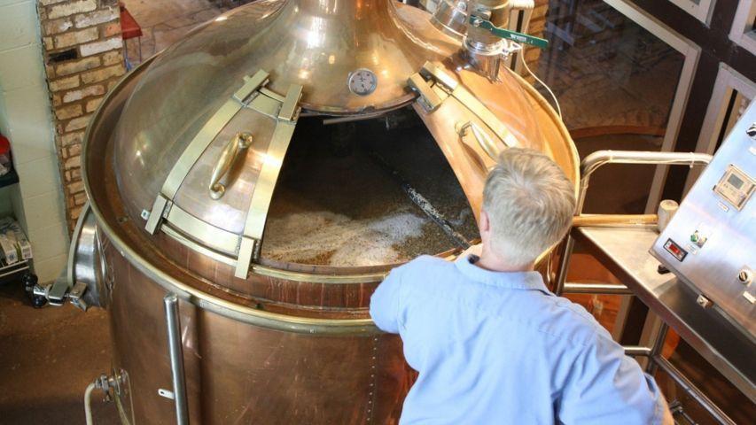 Mastro birraio produce birre artigianali